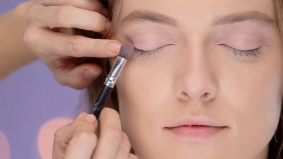Gunakan Eyeshadow Berwarna Pink Muda
