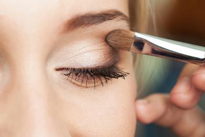 Pilih Eyeshadow Warna Terang atau Pastel