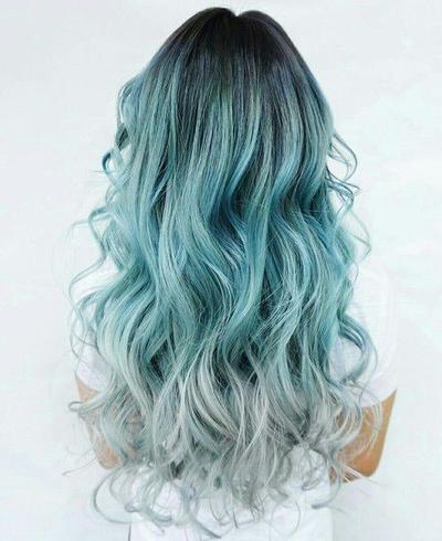 Inspirasi Dreamy Hair dengan Warna Biru Muda Ala Film Fantasi