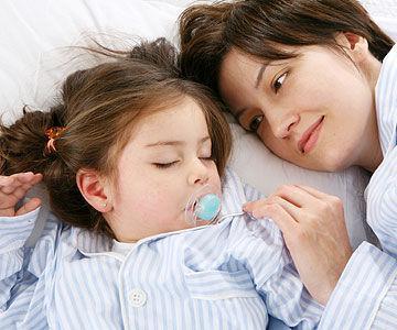 5. Berada di Sekitar Anak Bahkan Saat Ia Tidur