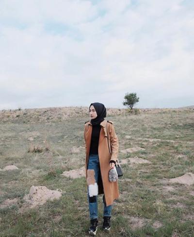 Padu Padan Warna Hijab Hitam dengan Outer Warna Caramel