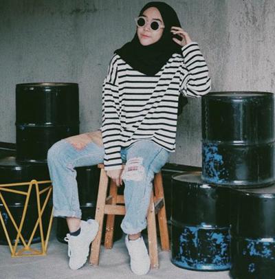 Padu Padan Warna Hijab Hitam dengan Stripe Tee