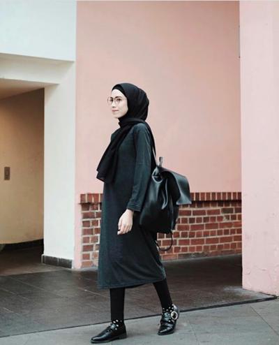 Padu Padan Warna Hijab Hitam dengan Tunik