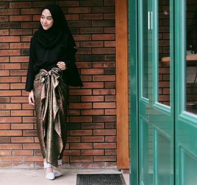 Padu Padan Warna Hijab Hitam dengan Rok Lilit Gold