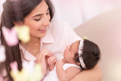 4 Tips Menggendong Bayi Baru Lahir yang Wajib Diketahui Para Orangtua Baru