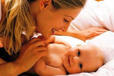 1) Hindari Mengangkat Bayi dengan Tiba-Tiba