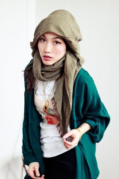 Paduan Hijab Warna Hijau Army dengan Cardigan Hijau Tosca