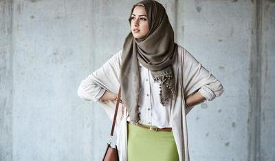 Padu Padan Warna Hijab Hijau Army dengan Rok Hijau Muda
