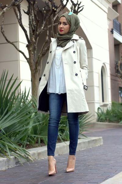 Padu Padan Warna Hijab Hijau Army dengan Coat Broken White