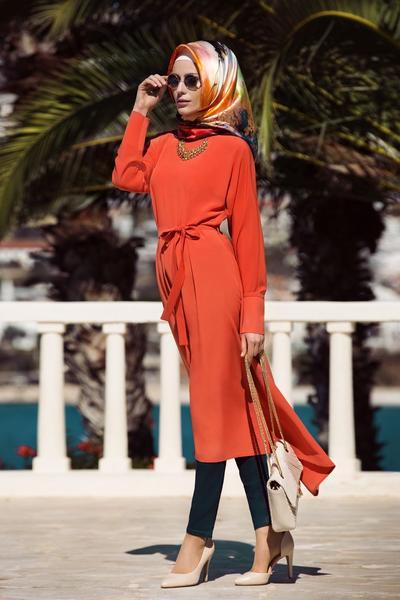 Hijab Bercorak Oranye Dipadukan dengan Blocked Orange Tunik