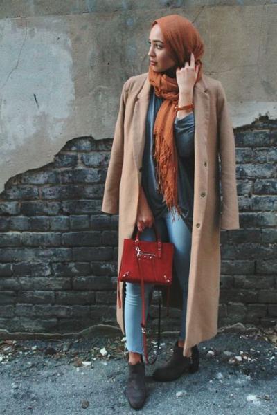 Paduan Hijab Oranye dengan Outfit Berwarna Pastel