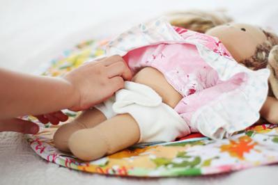 3) Berlatih Merawat Bayi