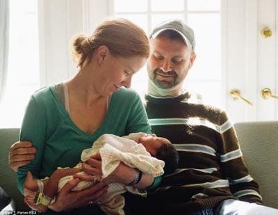 4) Harus Ada Orang Lain di Dekatmu Saat Menggendong Bayi