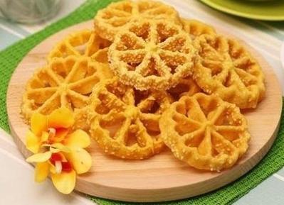 Kurang dari 30 Menit, Kamu Sudah Bisa Buat Kue Kembang Goyang Super Renyah!
