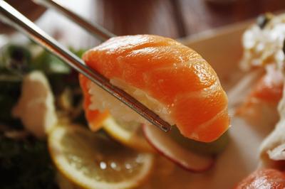 Apakah Mengkonsumi Ikan Salmon Mentah Berbahaya? Cek Disini!