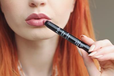 Ingin Lip Liner dan Lipstik dalam Satu Kemasan Sekaligus? Coba Produk yang Satu Ini!
