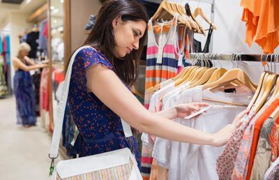 Lebih Baik Belanja Baju Muslim Online Atau Offline? Simak Kelebihan dan Kekurangannya!