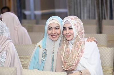 Yuk, Intip Anggunnya Padu Padan Hijab Syari Ala Artis Indonesia