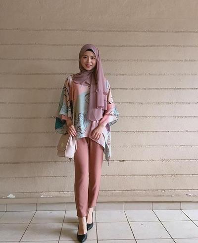 OOTD Ayana dengan Balutan Hijab dan Outfit Casual Membuatnya Tampak Semakin Muda Kan?