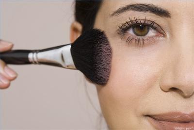Gunakan Cara Ini Saat Mengaplikasikan Blush On Agar Wajah Lebih Tirus