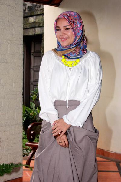 Style Hijab Motif ala Dewi Sandra