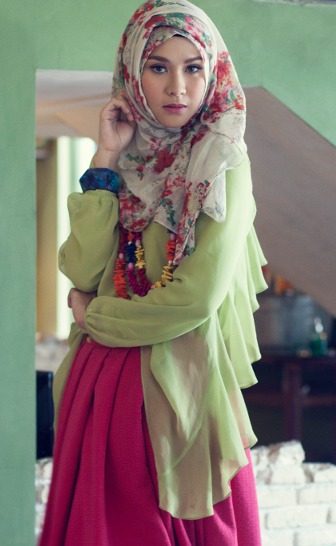 Style Hijab Motif ala Zaskia Adya Mecca