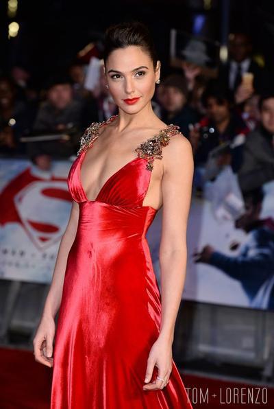 Intip 4 Gaya Red Carpet Gal Gadot, Si Wonder Woman yang Selalu Tampil Memukau!
