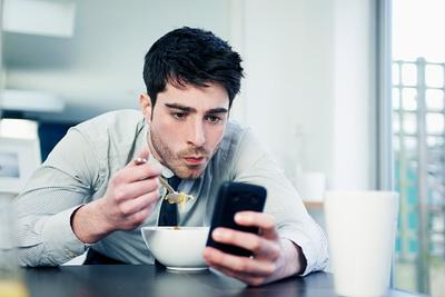 3. Selalu Menguntit Sosial Media Kamu Termasuk Ingin Tahu Password Sosial Media Kamu