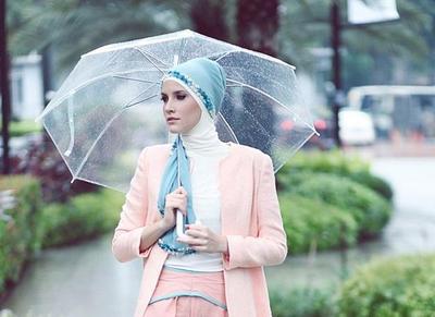 5 Perlengkapan Wajib Pakai Saat Traveling di Musim Hujan untuk Hijabers, Tak Boleh Lupa Ya!