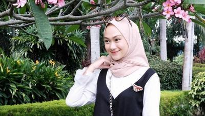 Yuk, Pakai Hijab dengan Gaya Simple Ala Indah Nada Puspita!