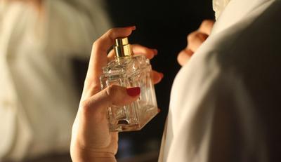 Hindari Menyemprot Parfum di Baju