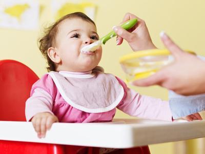 Ladies, Perhatikan Perbedaan Poop Bayi Setelah Diberi MPASI