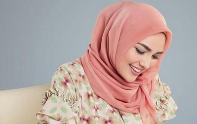 Hanya 2 Menit! Ini Tutorial Hijab Segiempat Simple ala Ria Miranda