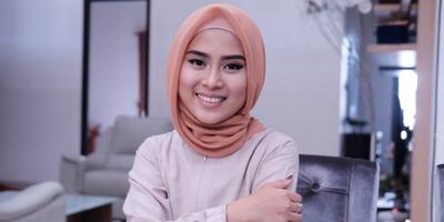 Tampil Modis dan Stylish ke Kantor dengan Hijab Simple ala Restu Anggraini, Yuk!