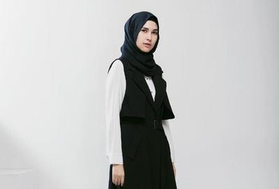 Yuk, Simak Padu Padan Kekinian dengan Outer Hijab Tanpa Lengan! Mau Coba?