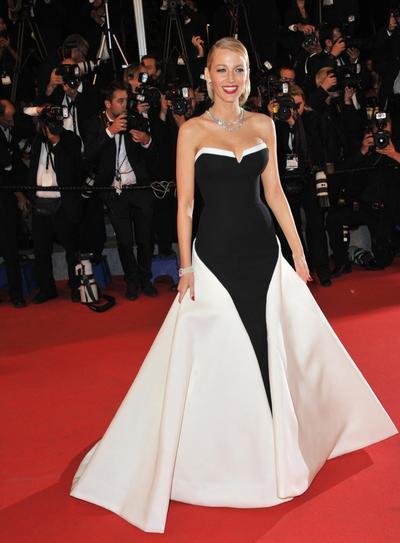 Wajib Simak! Ini Tips dan Inspirasi Gaun Hitam Putih dari Red Carpet Look Selebriti Dunia