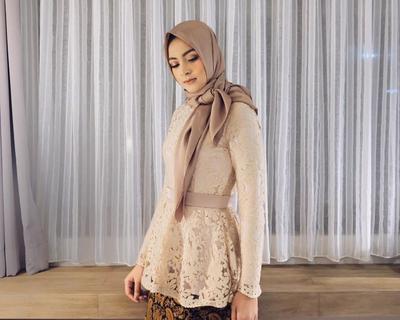 Nah, Ini 5 Inspirasi Model Kebaya Muslim Lamaran yang Lagi Hits Banget di 2017