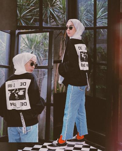 Tanpa Ribet, Ini Inspirasi Padu Padan Hijab Kasual dengan Celana Jeans Ala Selebgram