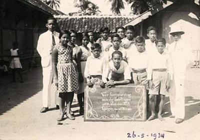 Yuk, Nostalgia dengan Seragam Sekolah Jaman Dulu yang Unik Ini