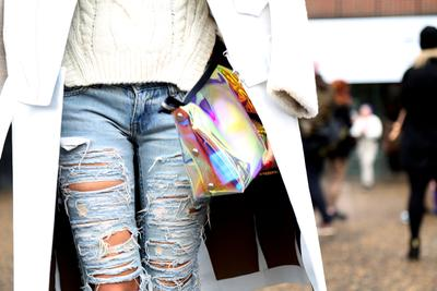 Psst, Ini Dia Fashion Hacks untuk Ripped Jeans yang Perlu Kamu Tahu