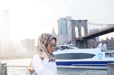Ini Gaya Hijab Simpel Saat Traveling Ala Rina Nose yang Bisa Kamu Contek