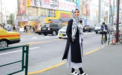 5 Inspirasi Gaya Hijab Traveling Ala Rani Hatta yang Bisa Kamu Kenakan Saat Liburan