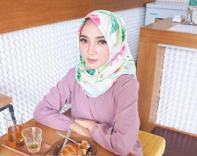 Warna Cerah dengan Hijab Satin Motif ala Ayu Indriati