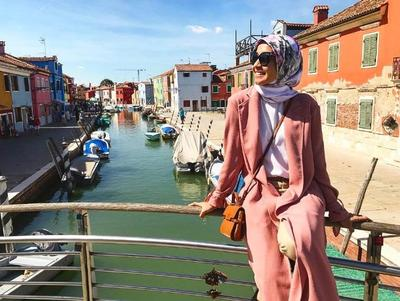 Yuk, Lihat Manisnya Gaya Pakaian Artis Hijab Indonesia Ini dalam Balutan Warna Peach!
