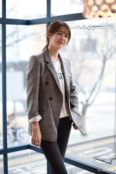 Jadikan Penampilan Kasual ke Kantor Lebih Stylish dengan Blazer Ala Korea Ini!