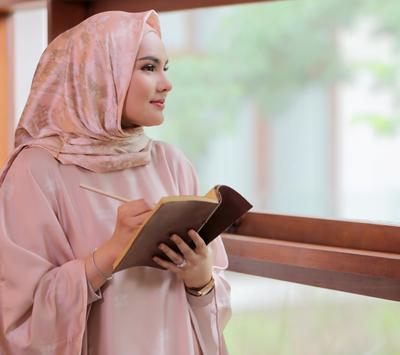 Yuk, Tampil Cantik dengan Style Mix and Match Hijab Warna Pastel Ala Ria Miranda!