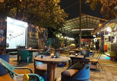 Koma Junkyard Cafe