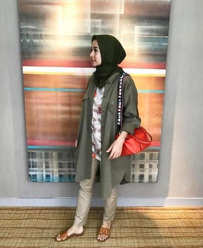 Ingin Tampil Stylish dengan Kemeja? 5 Gaya Casual Selebriti Indonesia Ini Patut Kamu Tiru!
