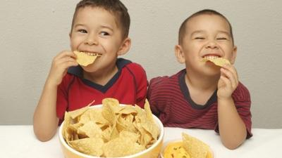 4. Hindari Camilan Anak Berupa Makanan Olahan