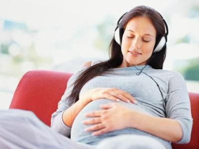 Wow, Ternyata Begini Lho Manfaat dari Mendengarkan Musik Saat Hamil!